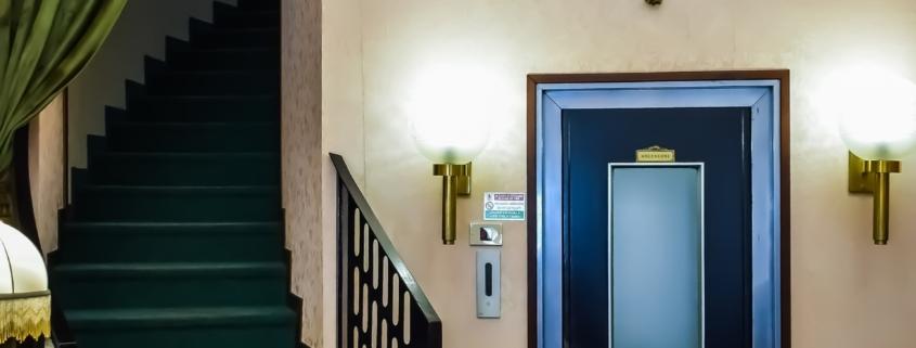 ventajas-y-desventajas-de-instalar-un-ascensor-con-cuarto-de-maquinas